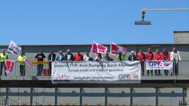 Aktion der Arbeiterinnen und Arbeiter gegen TTIP in Passau