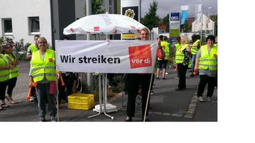 Streikposten bei der Firma Service4EVU beim ersten Warnstreik in Coburg.