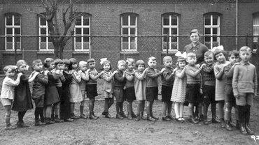 Kinder aneinandergereiht, schwarz-weiß
