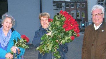 Internationaler Frauentag 2018: Rosen-Verteilaktion in der AOK Landshut