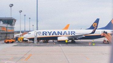 Abbildung eines Ryanair Flugzeugs auf einem Rollfeld