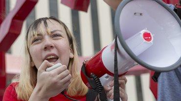 Junge Frau Megafon Protest Mobilisierung