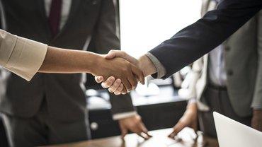 Händeschüteln zum Verhandlungsergebnis