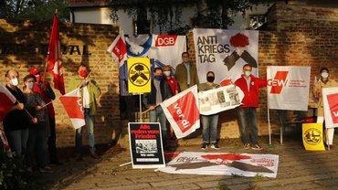 Gewerkschaftler(innen) mahnen vor dem Pulverturm zum Frieden.