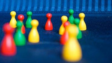 Bild mit Spielfiguren in roter, grüner und gelber Farbe